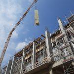Zsalutábla emelés a pillérszerkezet építéséhez
